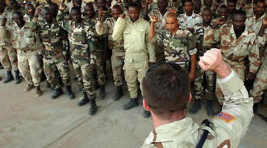 Ein amerikansicher Ausbilder bei der Armee des Niger <br/>Foto von The U.S. Army