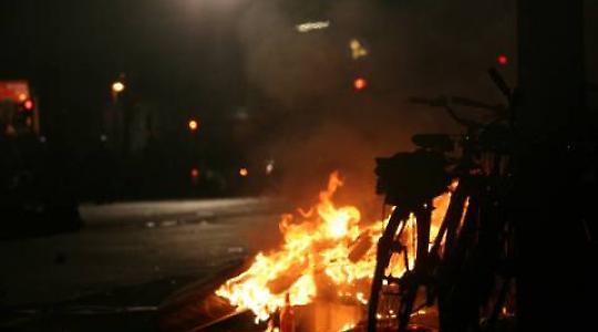 Feuer während einer Auseinandersetzung zwischen Polizei und Bewohnern des autonomen Zentrums Köpi 2008 <br/>Foto von Björn Kietzmann
