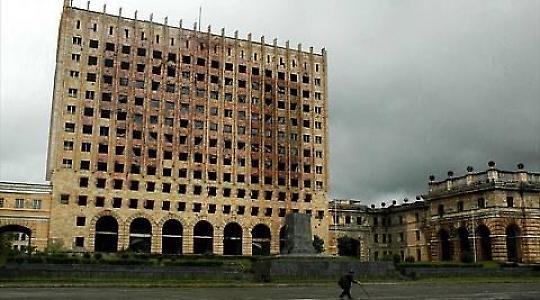 Der im Krieg 1993 zestörte Regierungssitz in Suchumi <br/>Foto von John