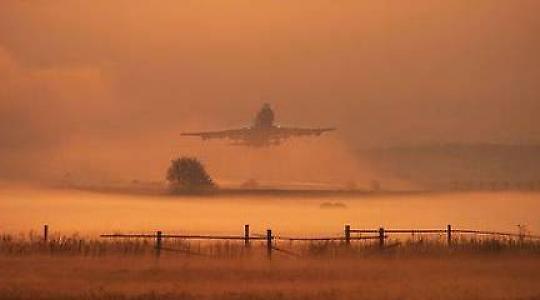Flugzeug startet in Ramstein bei Sonnenaufgang