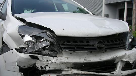 Voll gegen die Wand gefahren: Opel