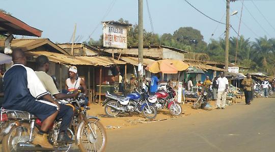 Straßenszene in Liberia <br/>Foto von tweefur