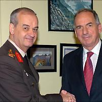 Schlüsselfigur: Der türkische Generalstabschef İlker Başbuğ mit dem britischen Außenminister 2007 <br/>Foto von Foreign Office, Flickr