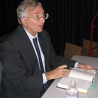 """Seymour Hersh mit seinem Buch """"Chain of Command"""" <br/>Foto von Steve Rhodes"""