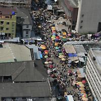 Straße in Lagos, Nigeria <br/>Foto von ryan paetzold