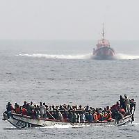 Spanischer Küstenschutz nähert sich einem Flüchtlingsboot <br/>Foto von noborder network